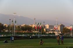 Am Azadi-Turm mit Blick auf Fernsehturm und Alborz-Gebirge