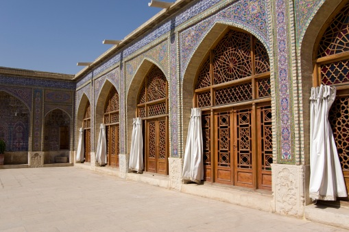 Die Fenster, die der pinken Moschee ihren Namen geben